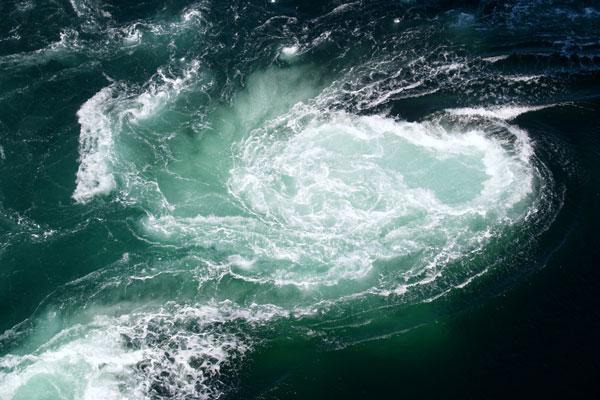 Quẻ Khảm có tượng là hồ nước sâu - Tượng trưng sự nguy hiểm