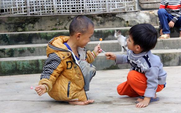 Quốc và anh họ mình đang chơi đùa bên nhau