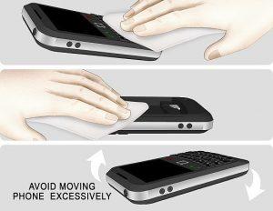 Lau các linh kiện, phụ kiện điện thoại bằng khăn mềm để đảm bảo điện thoại được hút hết ẩm