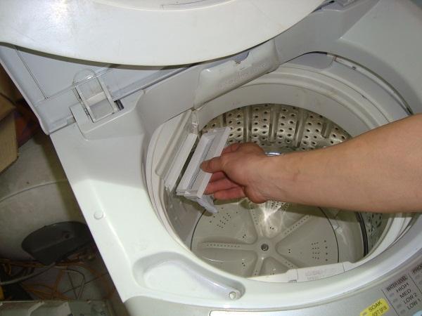 Vệ sinh máy giặt khá dễ dàng với giấm