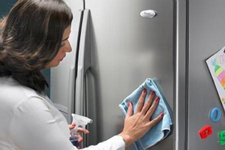 Khử mùi tủ lạnh bằng nước tẩy rửa