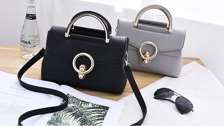 Túi xách thiết kế đơn giản, màu sắc trung tính sẽ dễ kết hợp với mọi loại trang phục